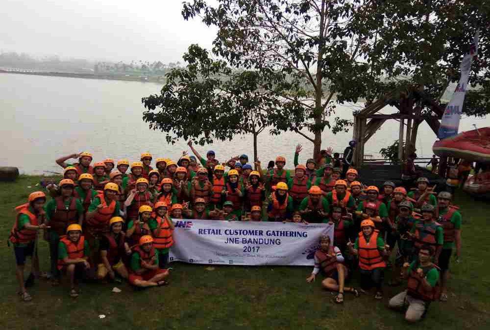 Pengalaman Heboh Kru JNE Ikuti Water Rafting Bandung